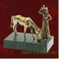 Горянка и лошадь, статуэтка на камне