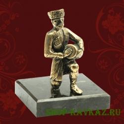Горец с барабаном, статуэтка на камне